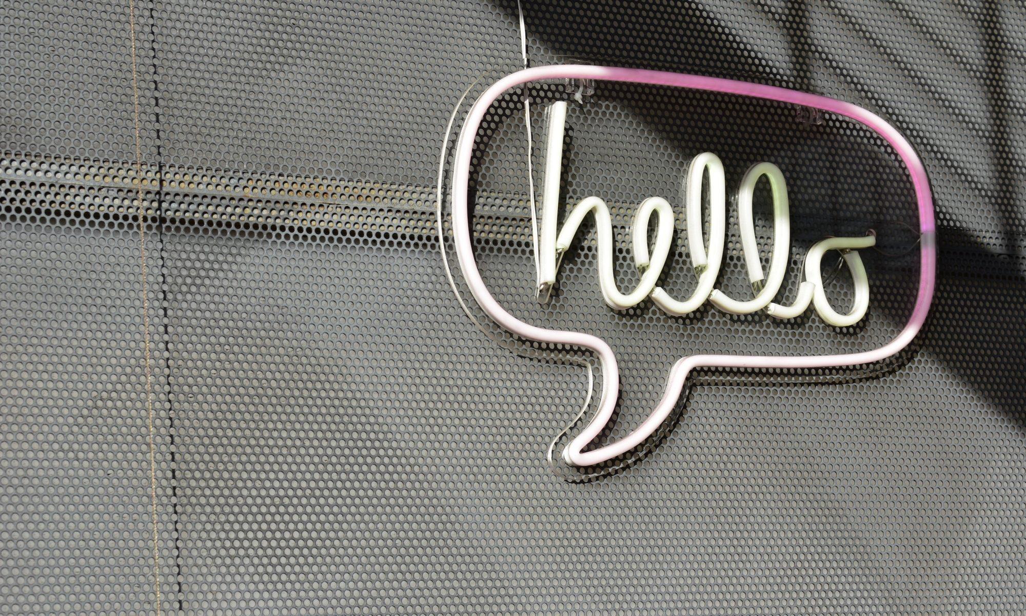 """""""Hello""""-Schild in Form einer Sprechblase"""