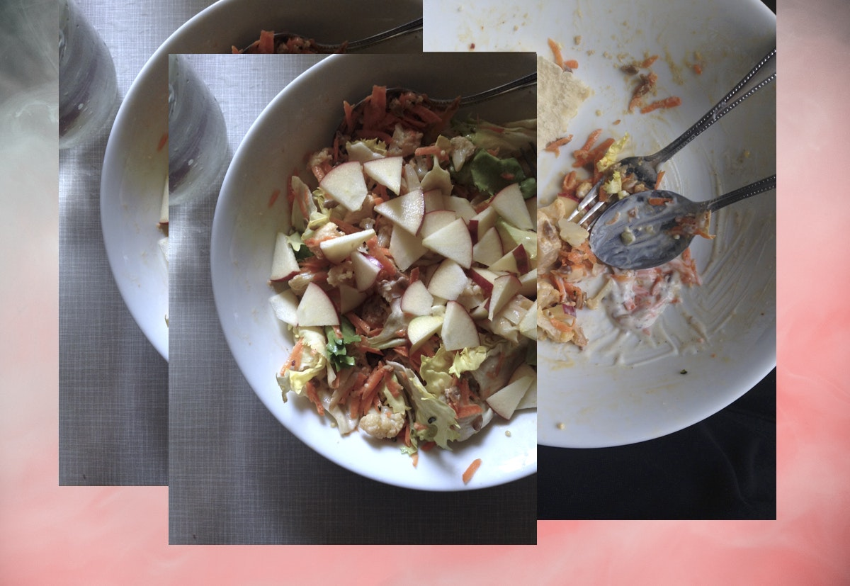 Collage aus Bildern von Blumenkohlsalat in einer weißen Schüssel auf pinkem Hintergrund.